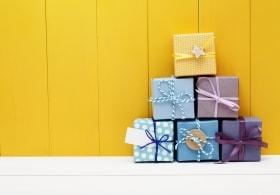 Geschenke sind zu einer Pyramide gestapelt
