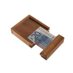 Eine Geschenkdose für Geld zur Konfirmation.