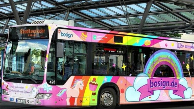 """""""Fresst meinen Sternenstaub, Ihr Langweiler!"""" Deutschlands erster Einhorn-Bus ist auf Tour"""