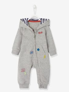 Ausgefallener Baby Overall in grau mit Applikationen.