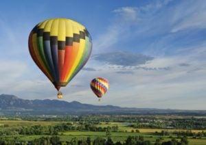 Eine Ballonfahrt ist ein tolles Erlebnisgeschenk für Frauen.