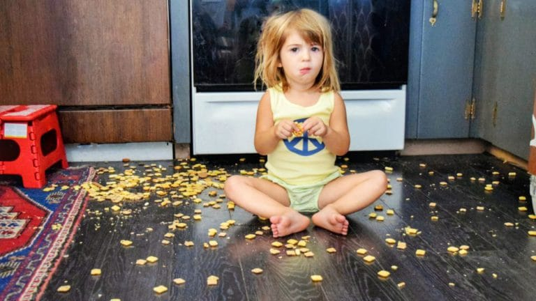 Wir verraten Dir, warum Dein Kind oft ein kleiner Tollpatsch ist