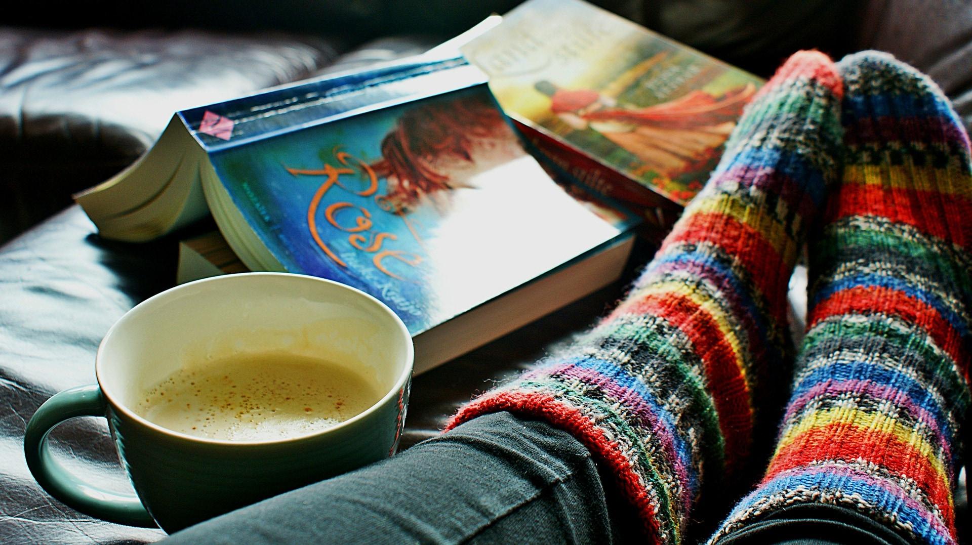 Bei manchen Frauen ist Frieren ein Symptom der Wechseljahre - dann helfen warme Socken und eine Bettflasche