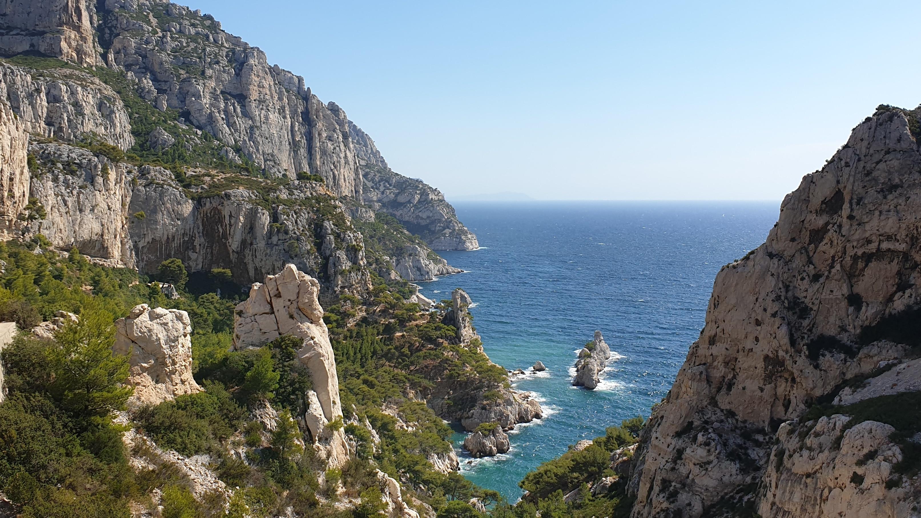 Die Calanques bei Marseille: Wanderwege bieten eine traumhafte Aussicht auf das tiefblaue Mittelmeer
