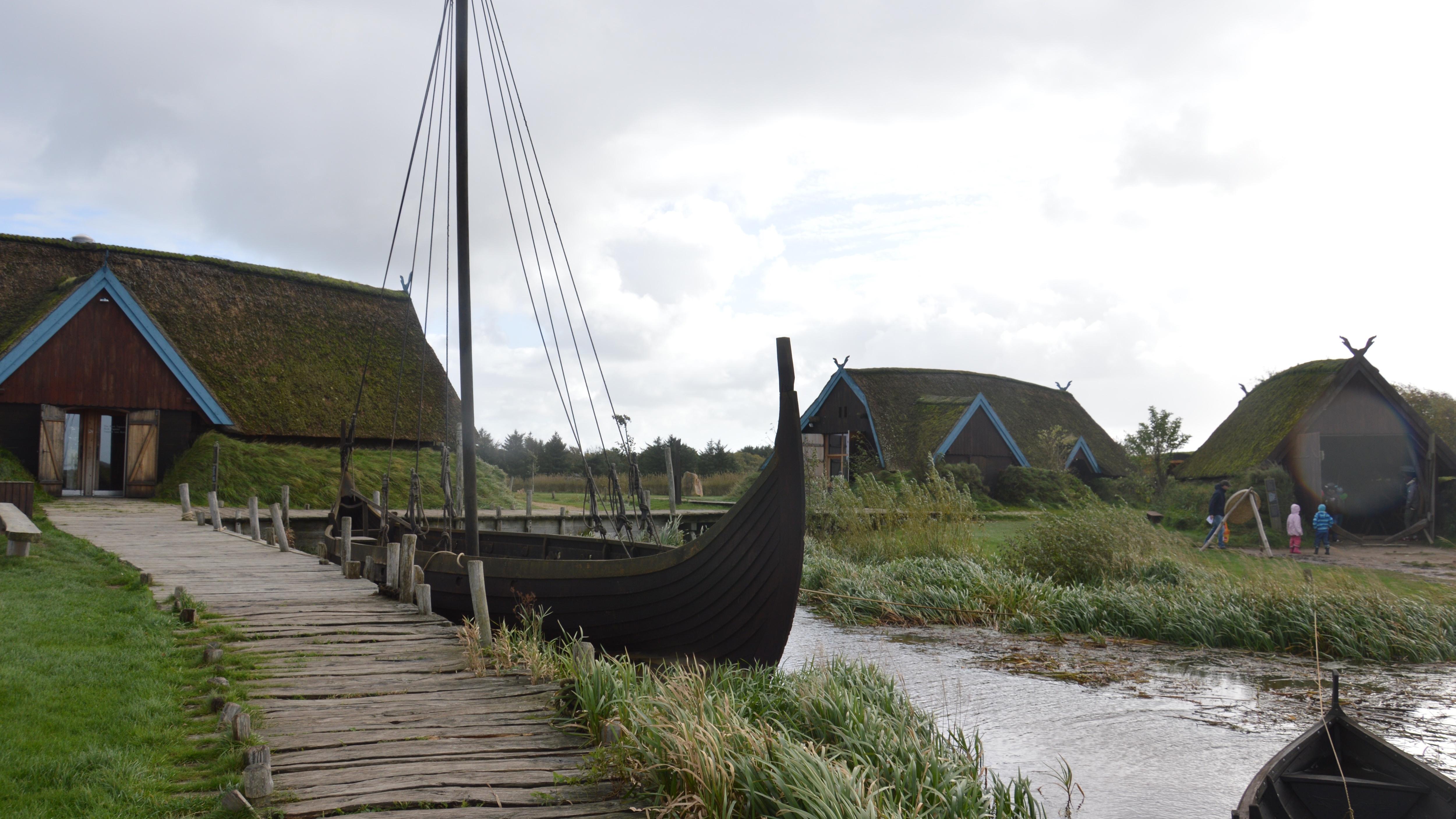 Familienurlaub in Hvide Sande und Søndervig: Neben der rauen Natur bietet die Gegend auch einiges für Kinder, wie zum Beispiel das Wikinger Museum in Bork Havn.